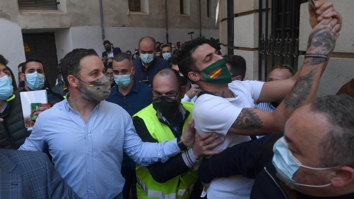 Simpatizantes de Vox han acompañado esta mañana al líder de Vox por Murcia sin guardar la distancia de seguridad.