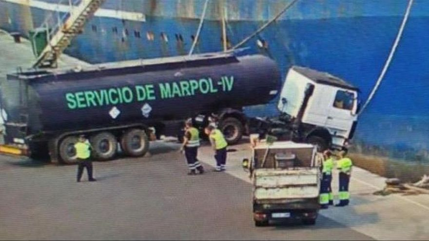 Charter Marítimo achaca a un error humano el suceso de un camión en el muelle Reina Sofía