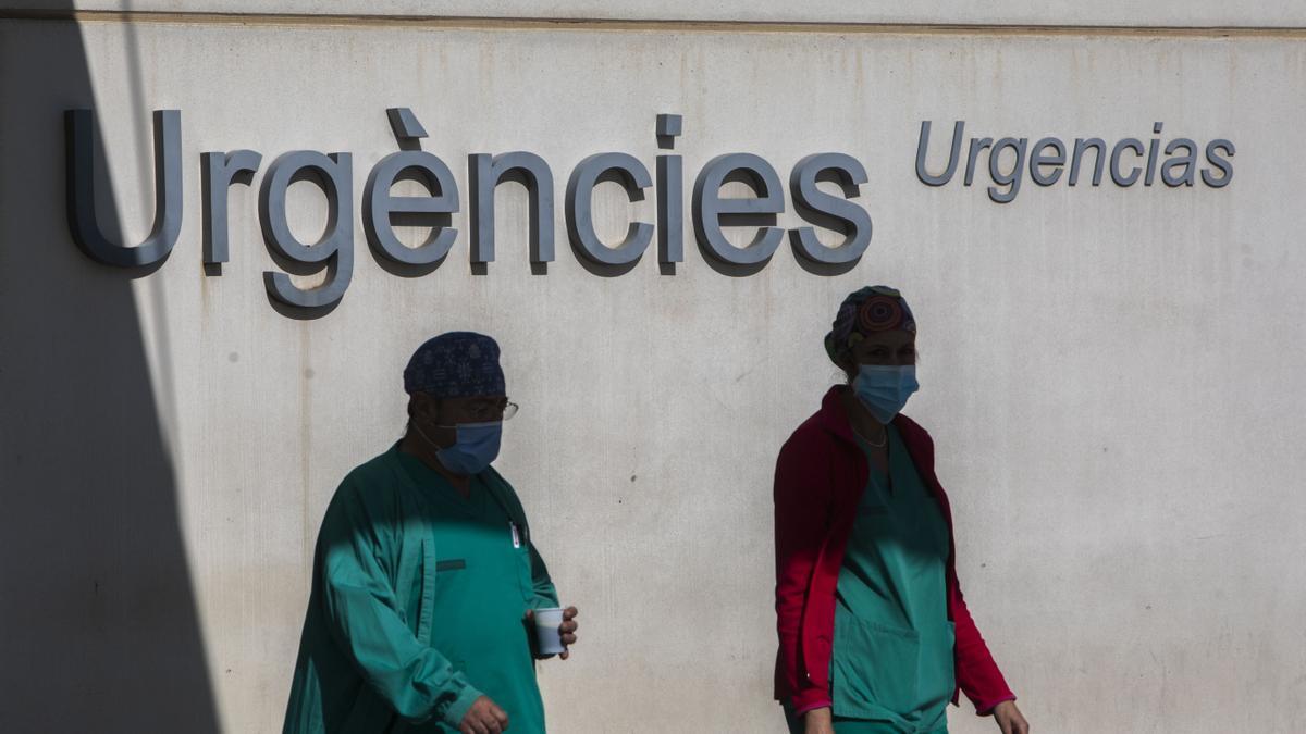 Sanitarios en la puerta de Urgencias de La Fe, en València.