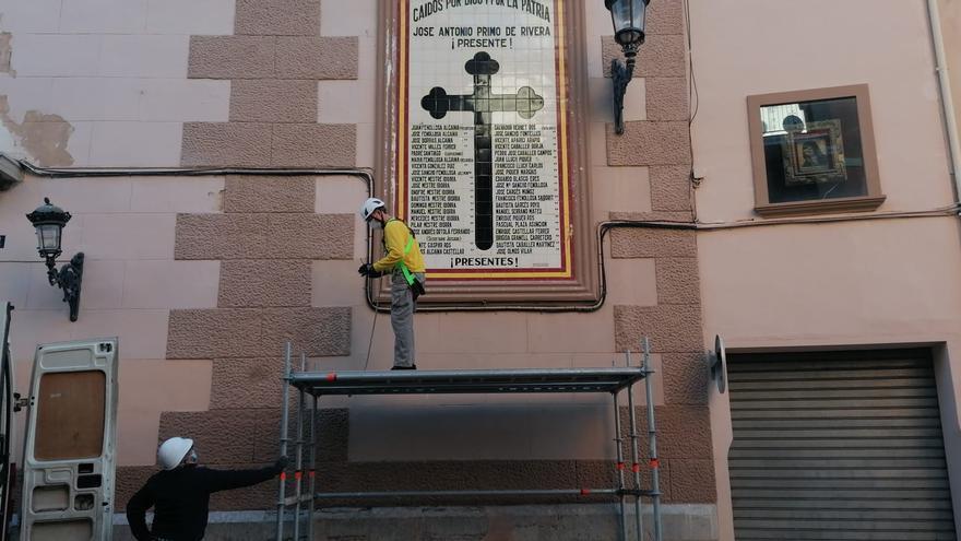 """Rafelbunyol retira el mural franquista dedicado a los """"caídos"""""""