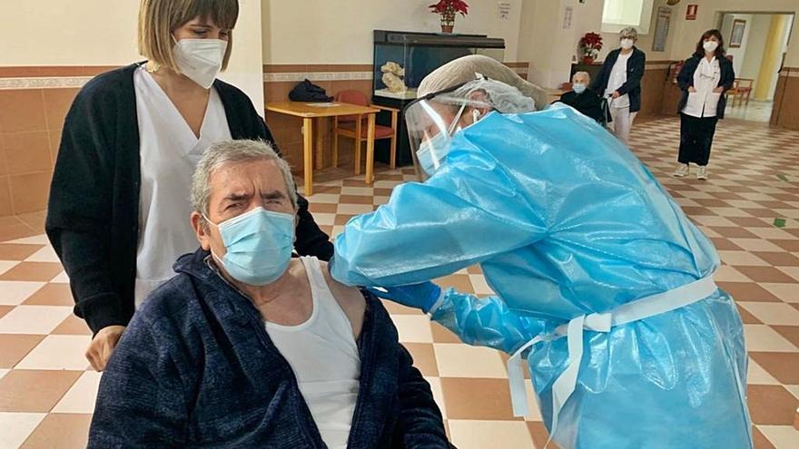 La incertidumbre ante la vacunación provoca decisiones contradictorias sobre la pandemia