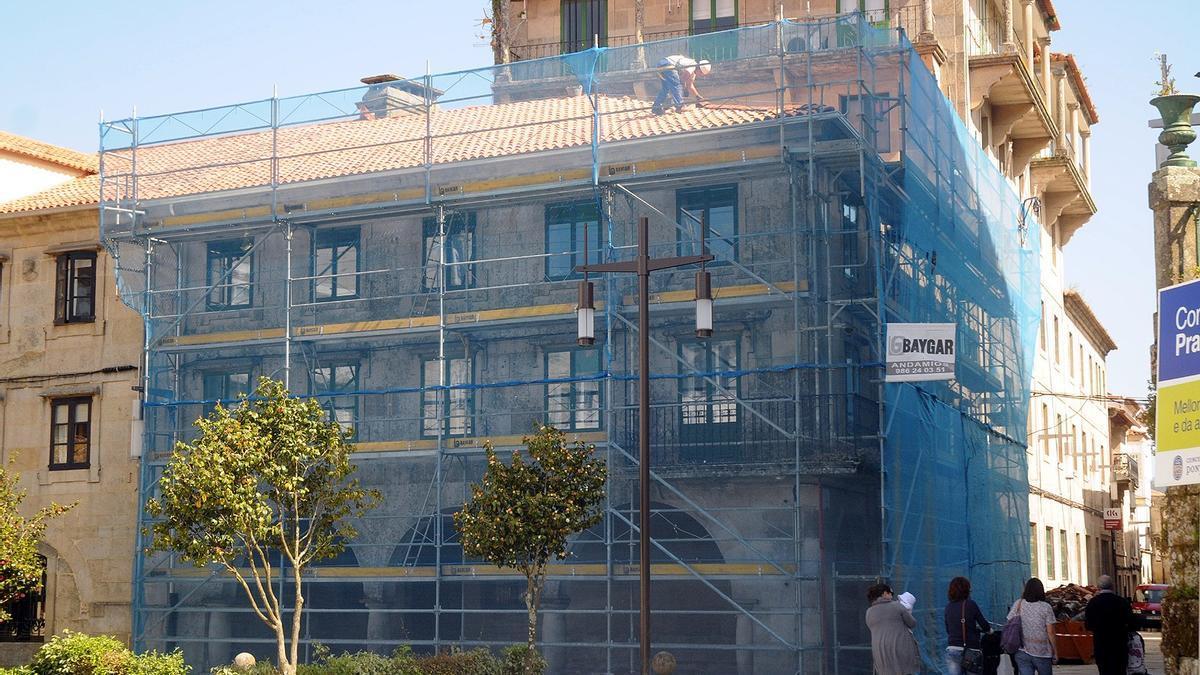 Edificio de la zona monumental de Pontevedra en obras