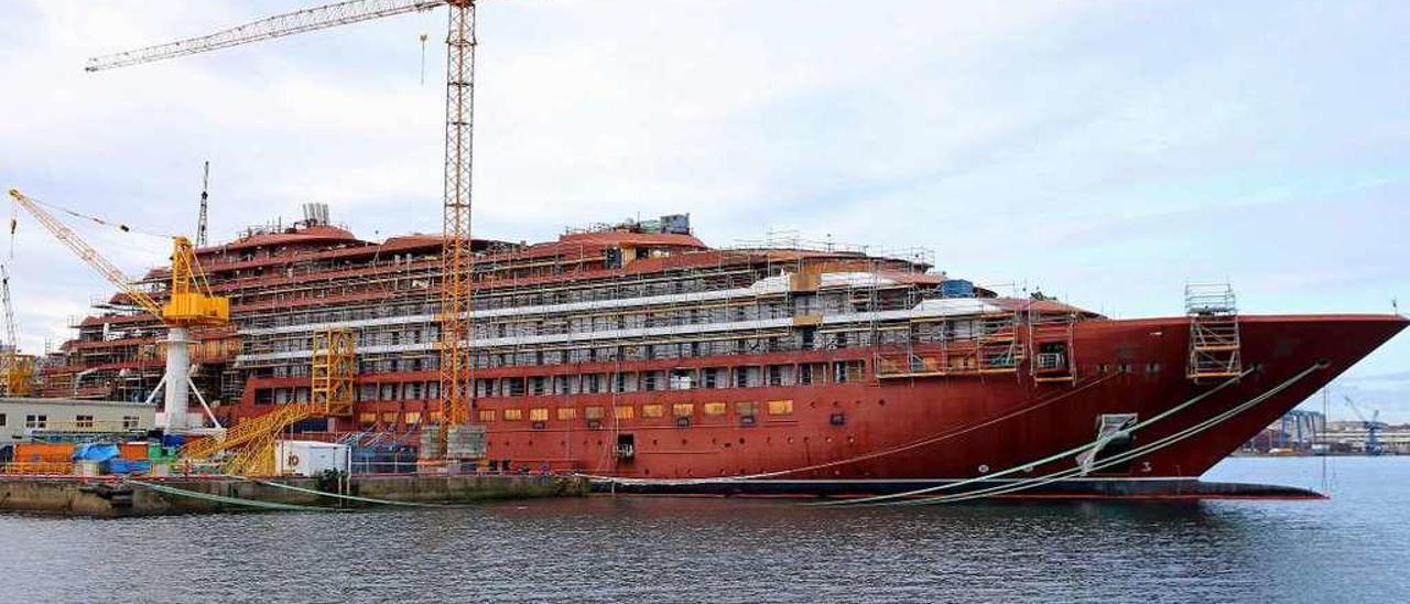 """Imagen del estribor del crucero """"Evrima"""", sin casi actividad a bordo desde hace tres semanas. // Marta G. Brea"""