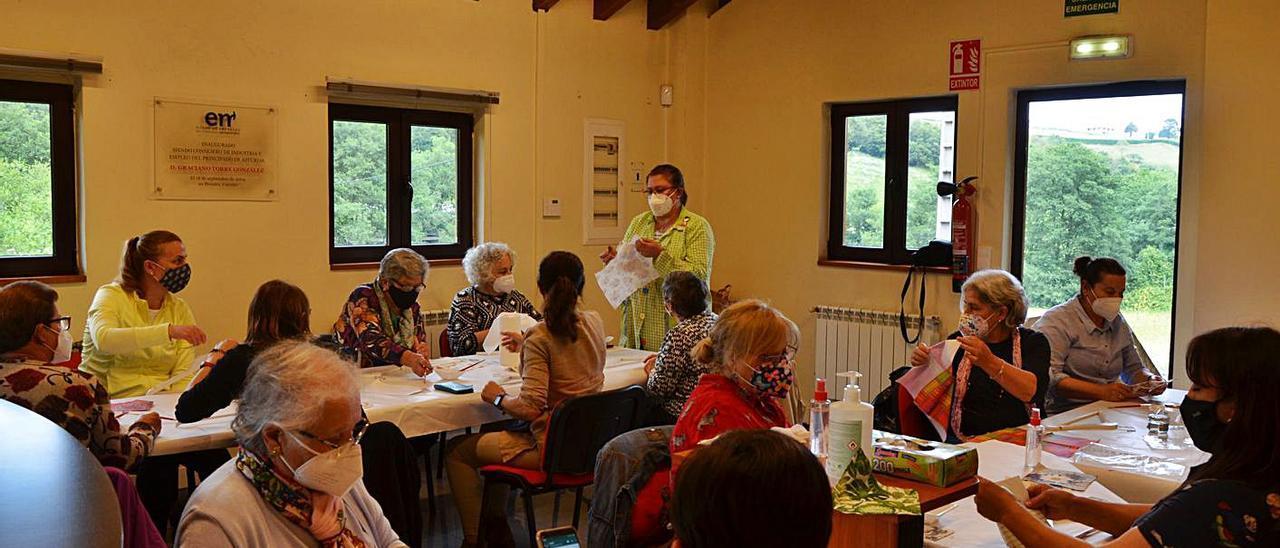 Miembros de la Asociación Rural de Mujeres de Carreño, durante su última actividad, en Prendes. | B. G.