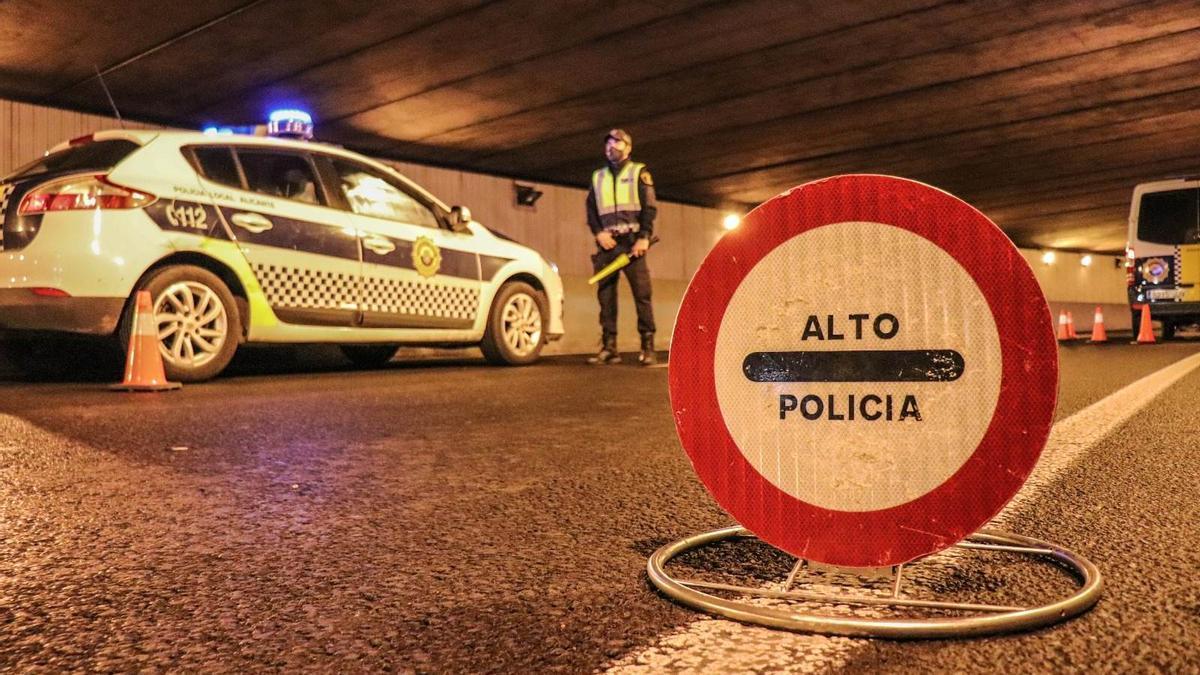 Un agente realiza un control policial