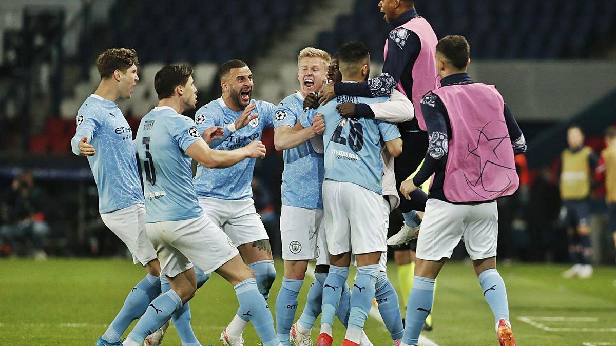 Los jugadores del Manchester City festejan el segundo gol, obra de Mahrez. |  // EFE