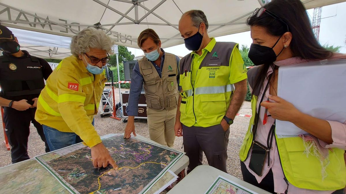 Autoridades y responsables del operativo, en el Centro Operativo Provincial (COP) de Infoca en Los Villares.