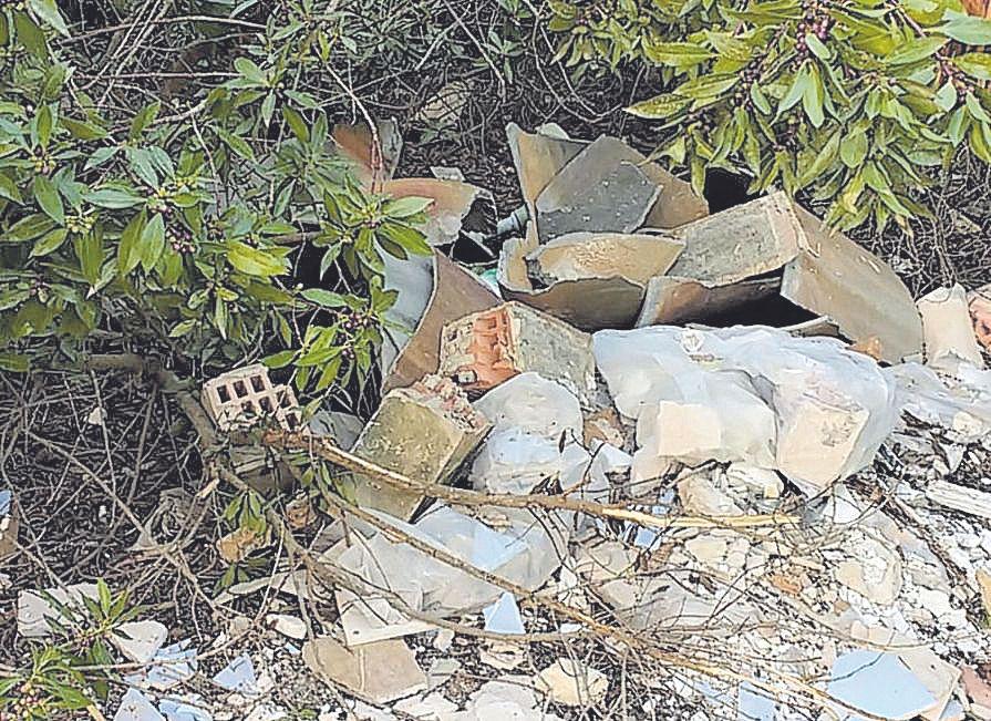 Vierten toneladas de escombros cada semana en las cunetas y zonas vacías de las autopistas de Mallorca