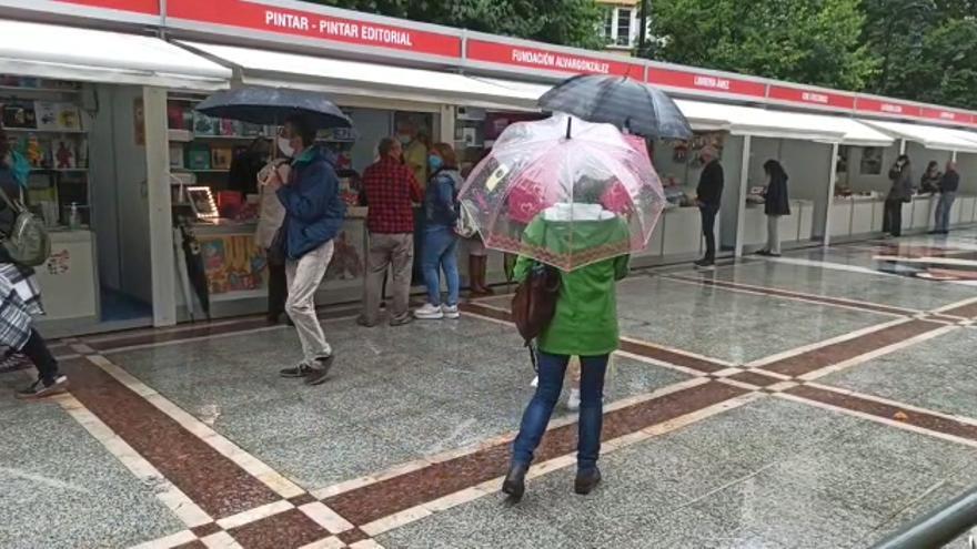 Gijón celebra su feria del libro con la vista puesta en la meteorología
