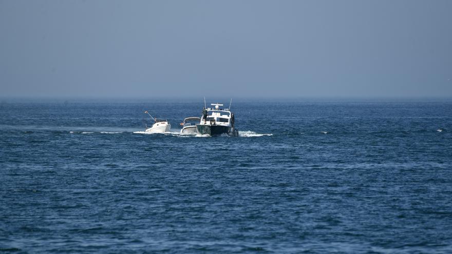 Ciudadanos particulares rescatan a tres personas tras quedar semihundida su embarcación