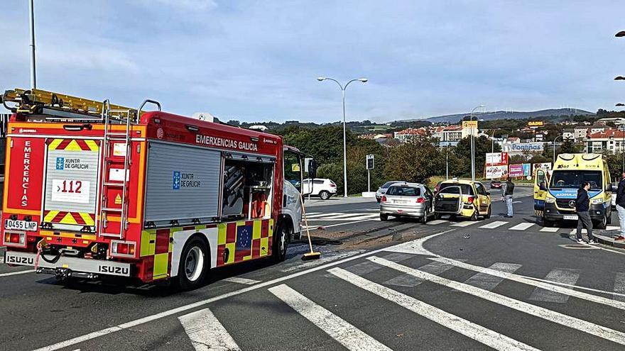 Dos heridos leves en una colisión en la avenida Xosé Cuíña
