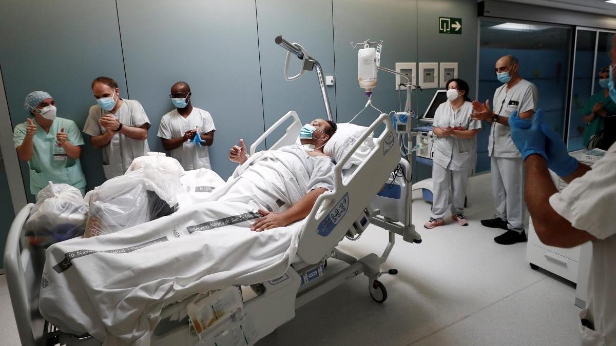 Un paciente sale de la UCI en Pamplona.