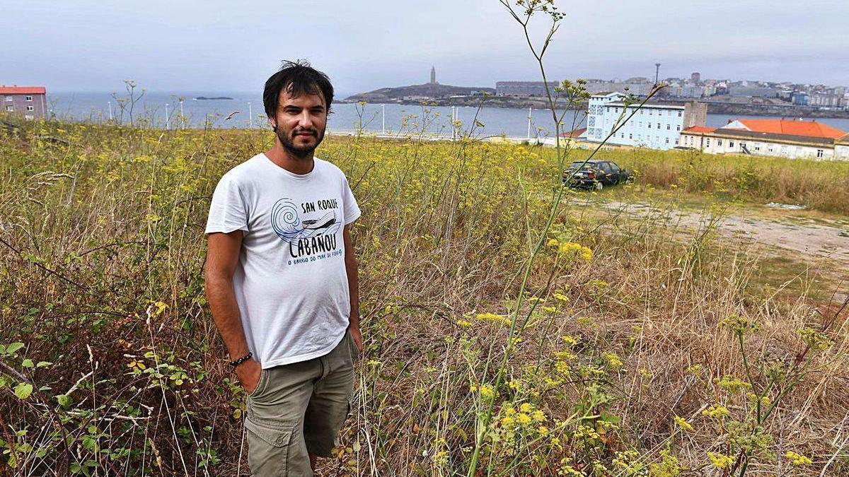 Pablo Leira, secretario da asociación veciñal de Labañou, nos terreos das Percebeiras.