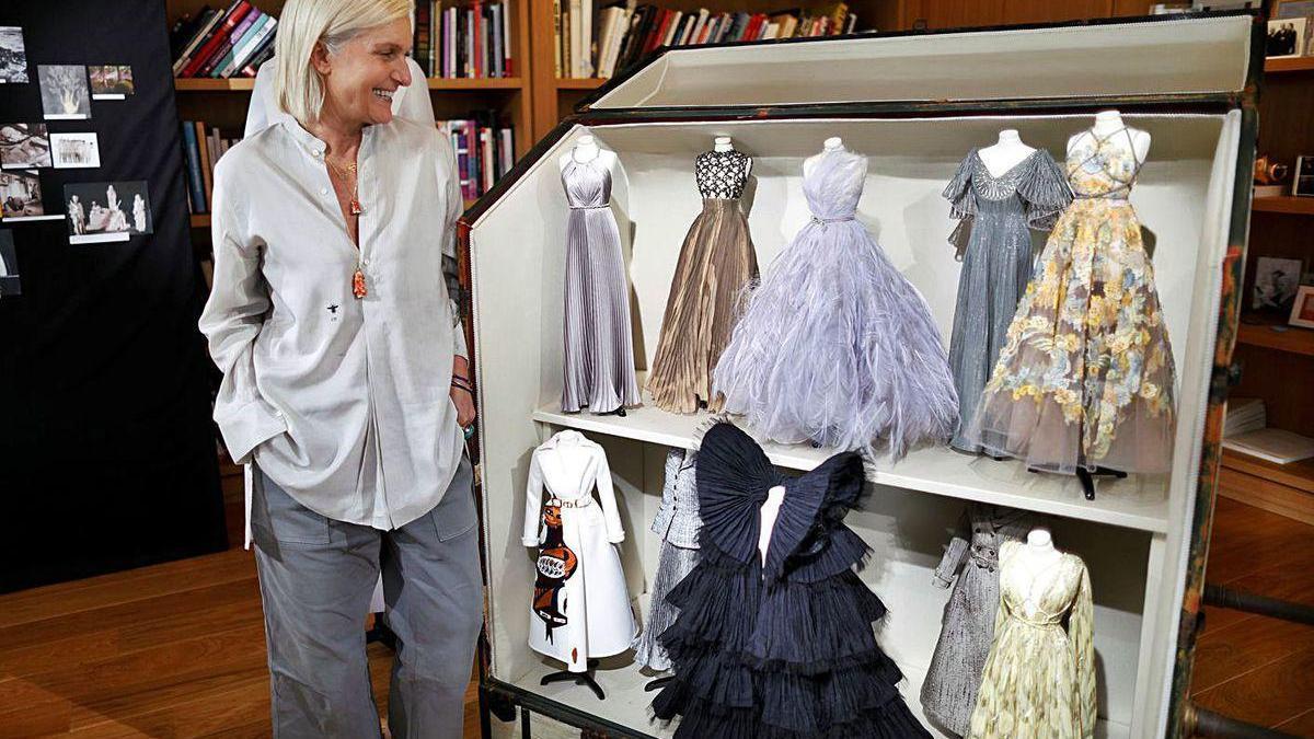 Maria Grazia Chiuri, diseñadora de Dior, posa junto a maniquíes en miniatura con sus creaciones.