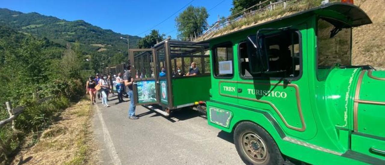 El nuevo tren turístico de Aller, durante el primer viaje realizado ayer en el concejo.   Vivas