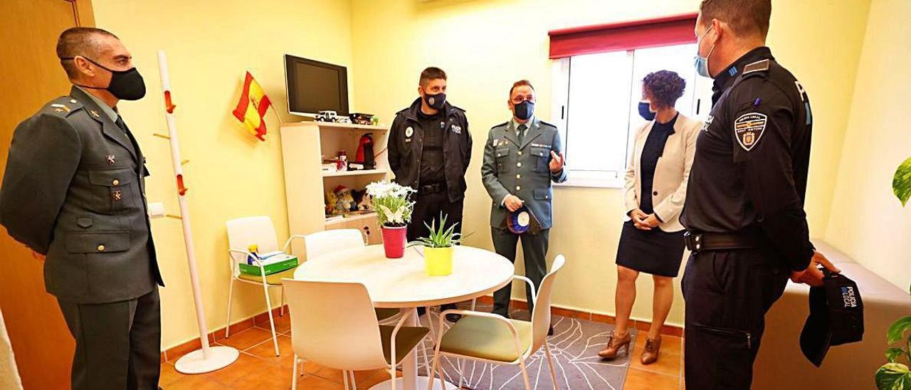 Jefes de la Guardia Civil y de la Policía Local con la delegada del Gobierno.  | J.A.R.