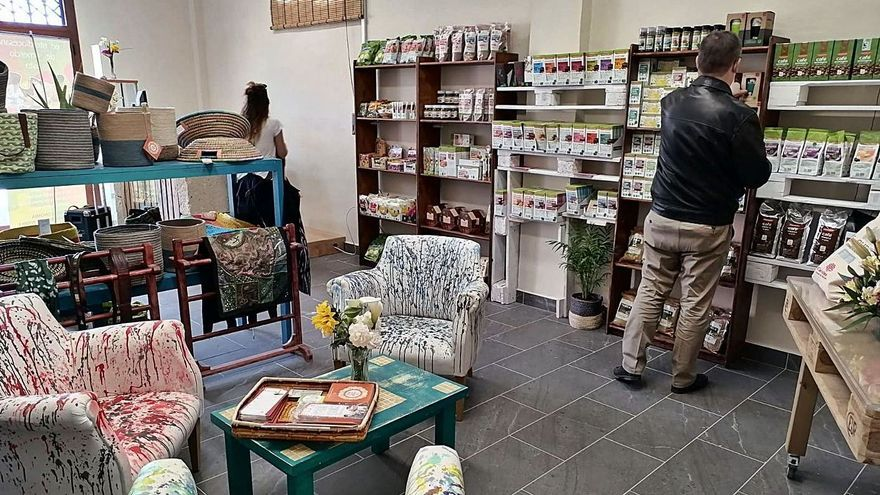Interior de la tienda El Surco con un par de personas eligiendo los productos para su cesta de la compra.