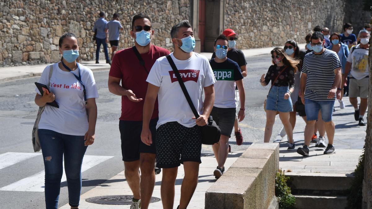 Varias personas con mascarilla en una calle de A Coruña.