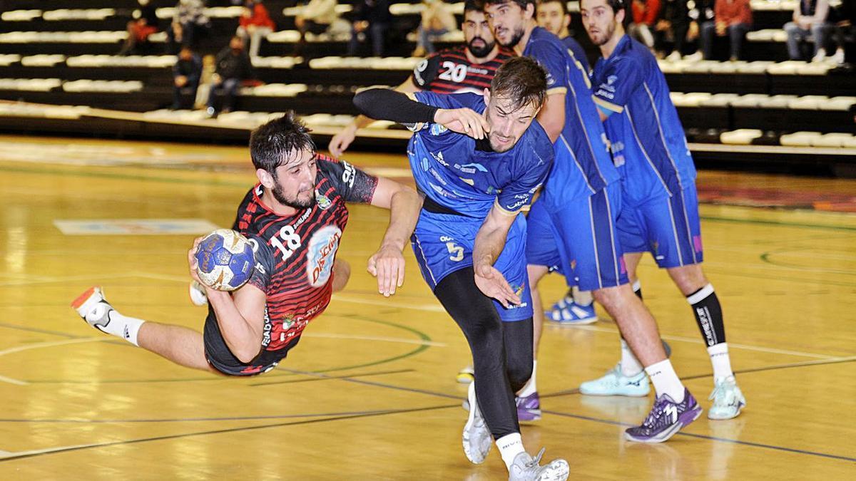 Rubas lanza a portería, ayer, defendido por Dzokic en el partido jugado en el Arena. |  // BERNABÉ/JAVIER LALÍN