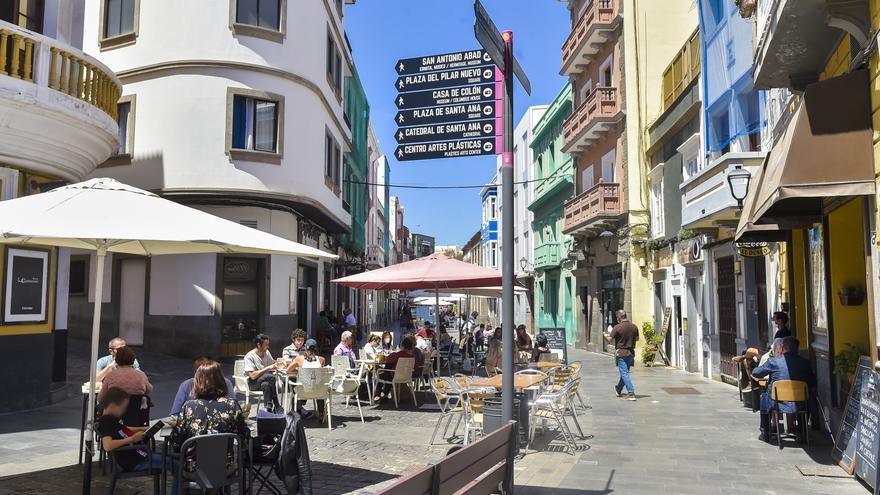 La población local mitiga la hecatombe en las terrazas de Vegueta