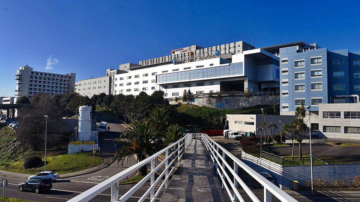 Vista del Hospital Universitario de A Coruña desde la pasarela peatonal de acceso.
