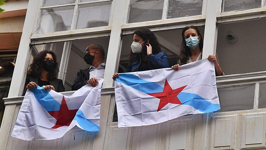 Bandeiras nos balcóns polo día da Patria