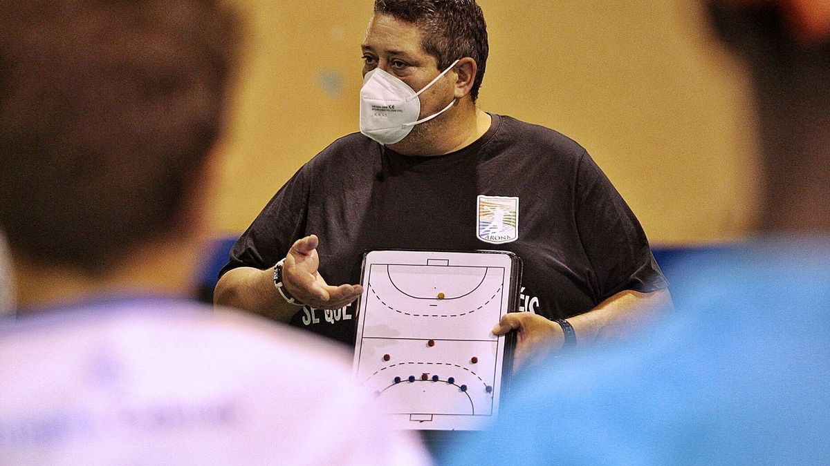 Dionisio Quelle explica algunos conceptos a sus jugadores durante un entrenamiento.     MARÍA PISACA