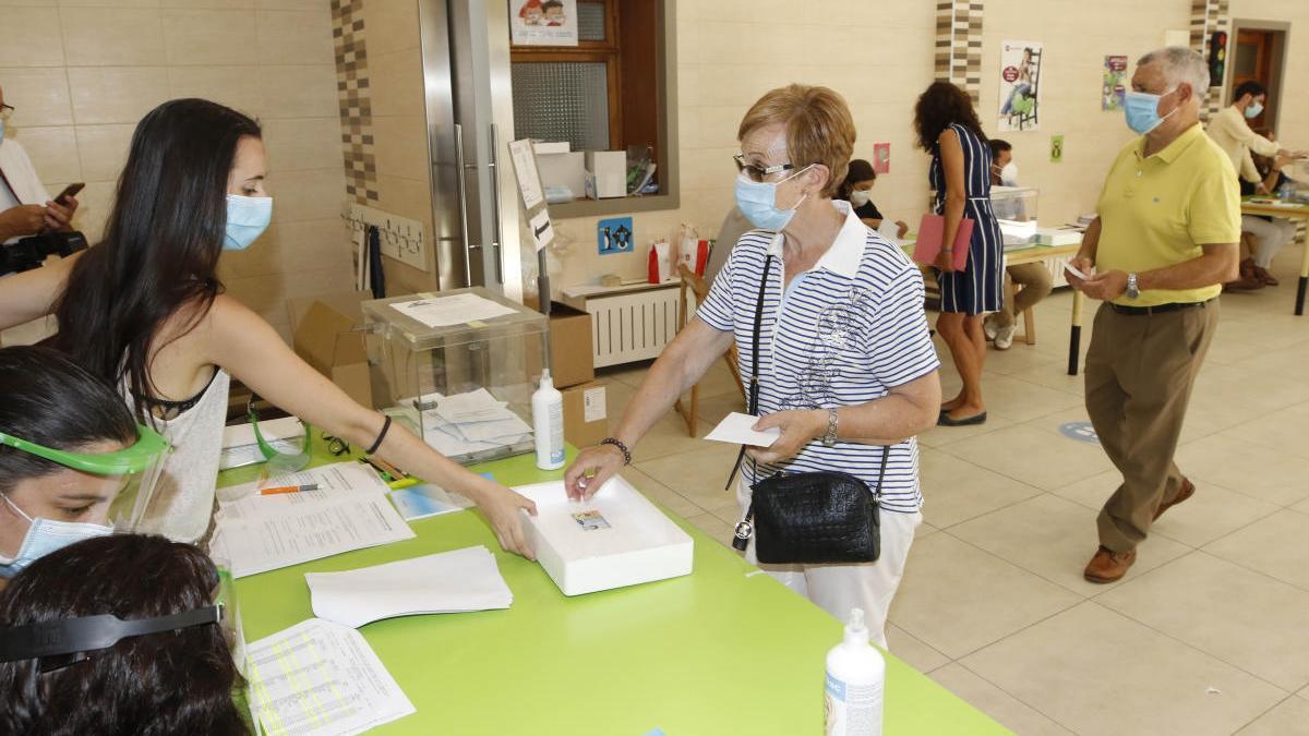 Una votante, esta mañana en Vigo // Marta G. Brea
