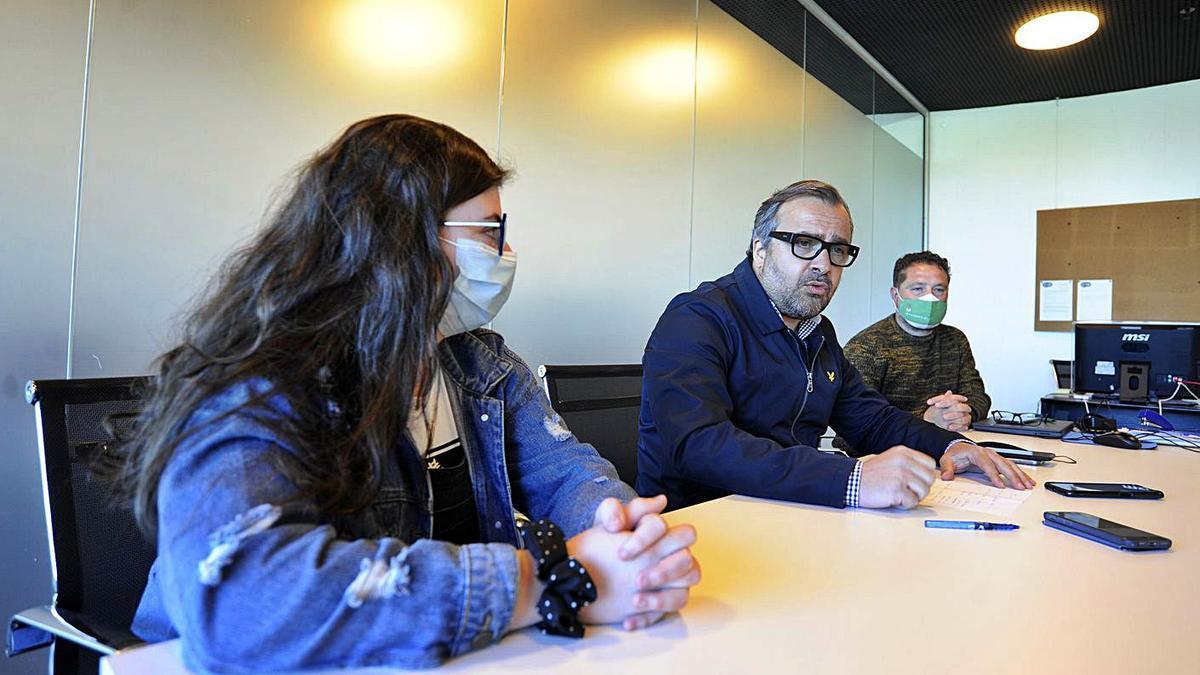Uxía Ferradás, Cuíña y Miguel Medela, ayer, en la oficina municipal del partido. |  // BERNABÉ/JAVIER LALÍN