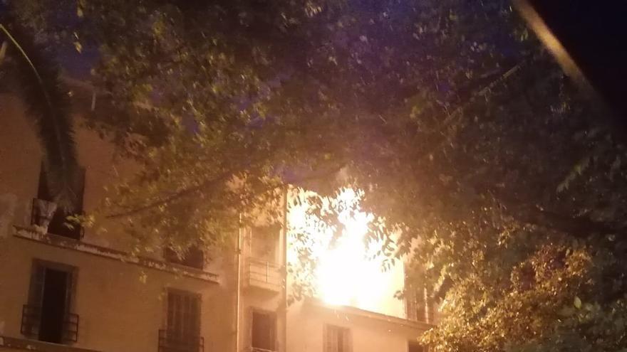 Un intoxicado al arder un edificio okupado de la calle Manacor, en Palma