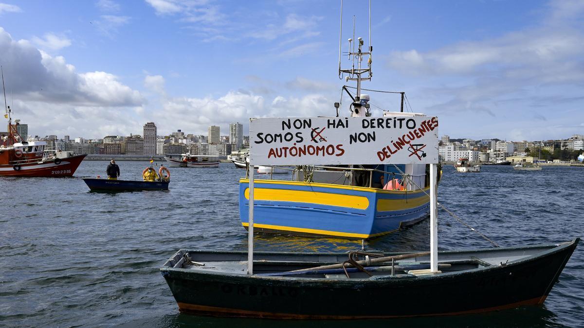 Un barco de flota artesanal en las protestas contra la normativa de control de la Unión Europea