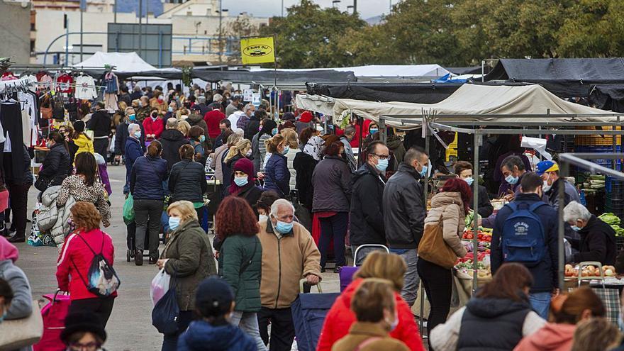 Los mercadillos de Alicante quieren abrir en Navidad con todos los puestos y control de aforo
