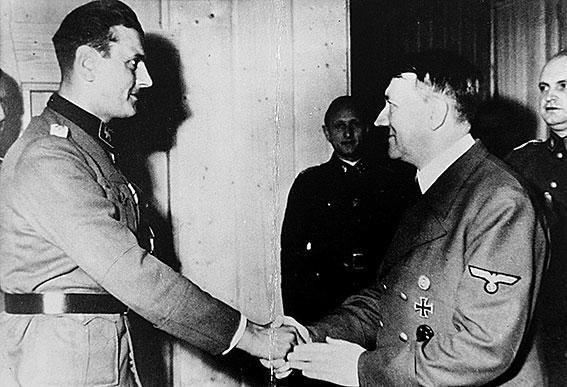 Skorzeny beim Empfang durch Hitler in der Wolfsschanze.