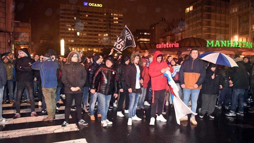 Algo más de 300 aficionados piden la dimisión de Paco Zas y Carmelo Del Pozo en la plaza de Pontevedra