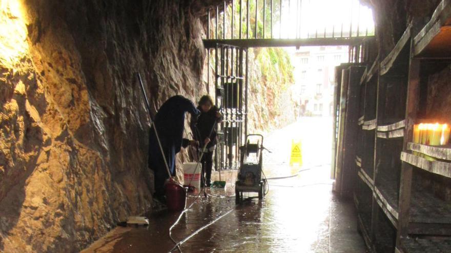 La lluvia inunda la antecueva de Covadonga
