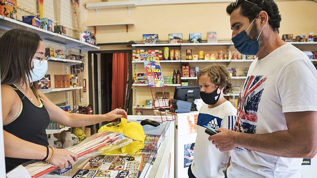 Clients comprant petards a La Traca, de Manresa, divendres   OSCAR BAYONA