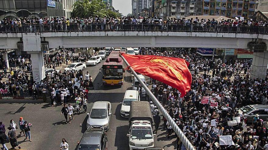 Les protestes contra el cop d'estat creixen a Birmània