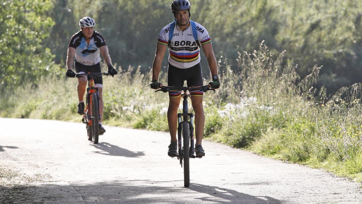 Dos homes anant en bicicleta.