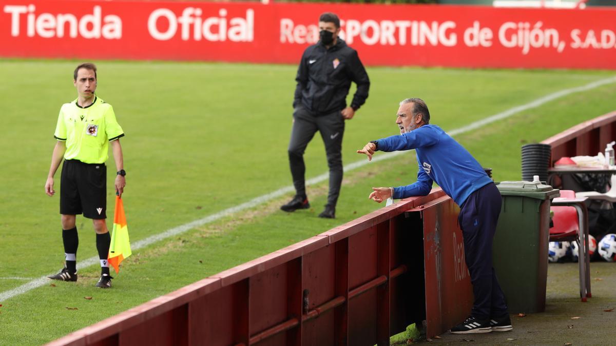 Oli da instrucciones durante el Sporting B-Marino de esta temporada, con Samuel Baños al fondo.
