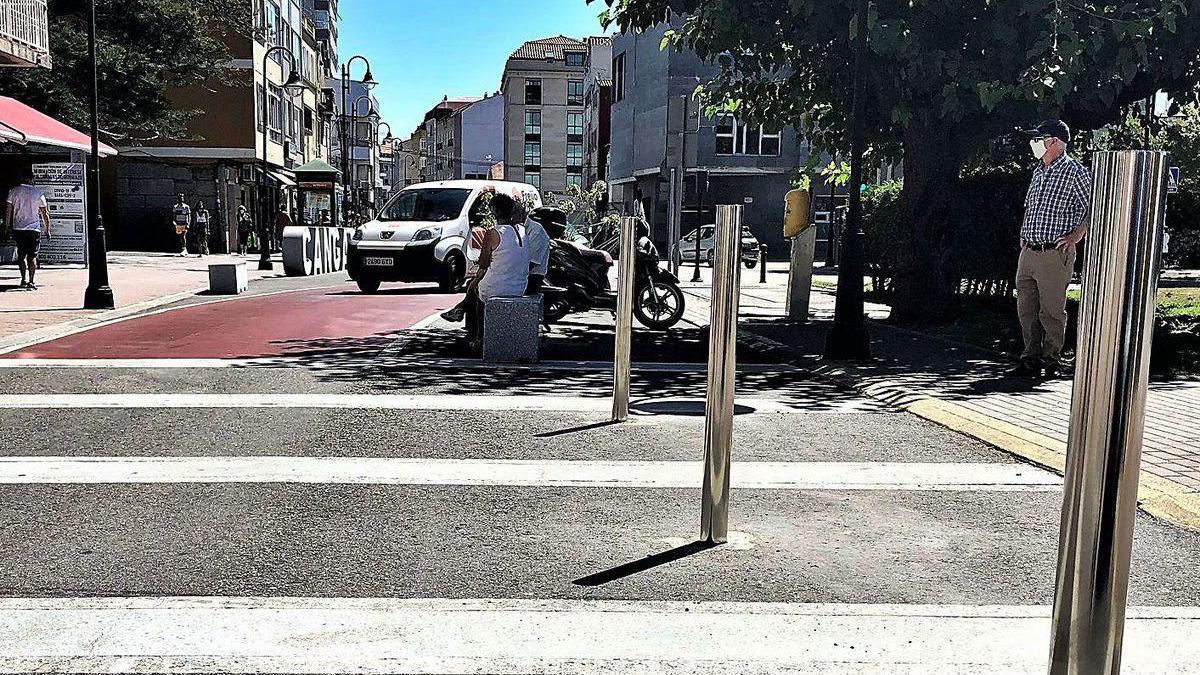 Bolardos de acero inoxidable instalados ayer por el Concello en el paso de cebra de Méndez Núñez.