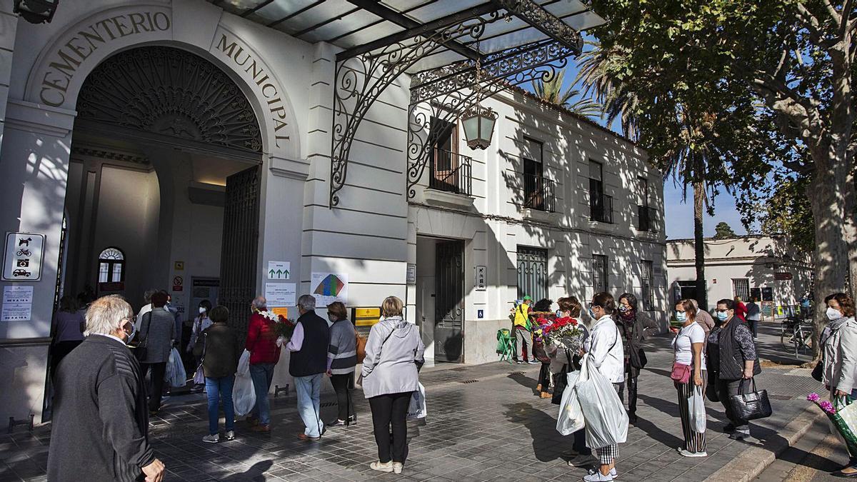 Colas de visitantes en la entrada al cementerio general de València en los días previos a Todos Los Santos por el control del aforo. | GERMÁN CABALLERO
