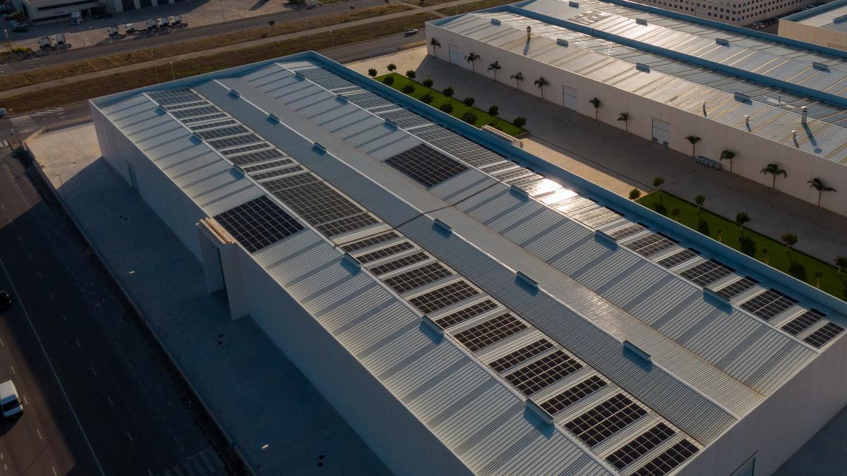 La colocación de instalaciones fotovoltaicas en la cubierta de las empresas, como Kerajet, cada vez va a más.