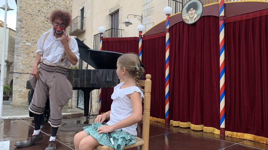 Peralada s'omple d'alegria amb l'espectacle de la Cia. Sabanni