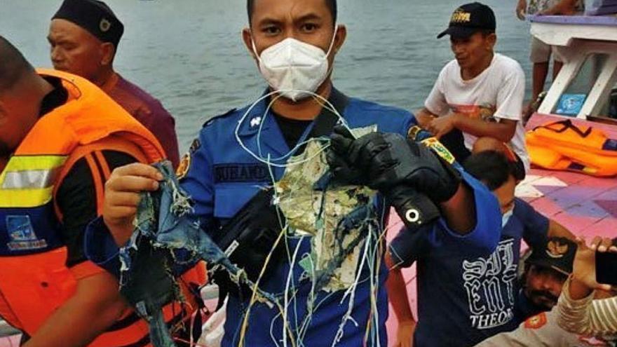 Indonèsia busca al mar les restes d'un avió desaparegut