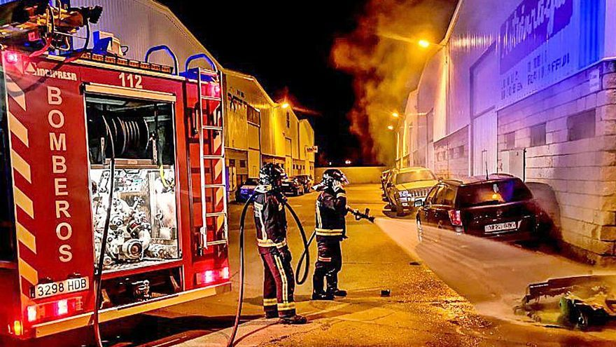 Los bomberos apagan la quema de cuatro contenedores en León