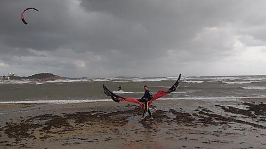 Formentera amplía el permiso para la práctica de kite surf en las playas hasta el 15 de mayo