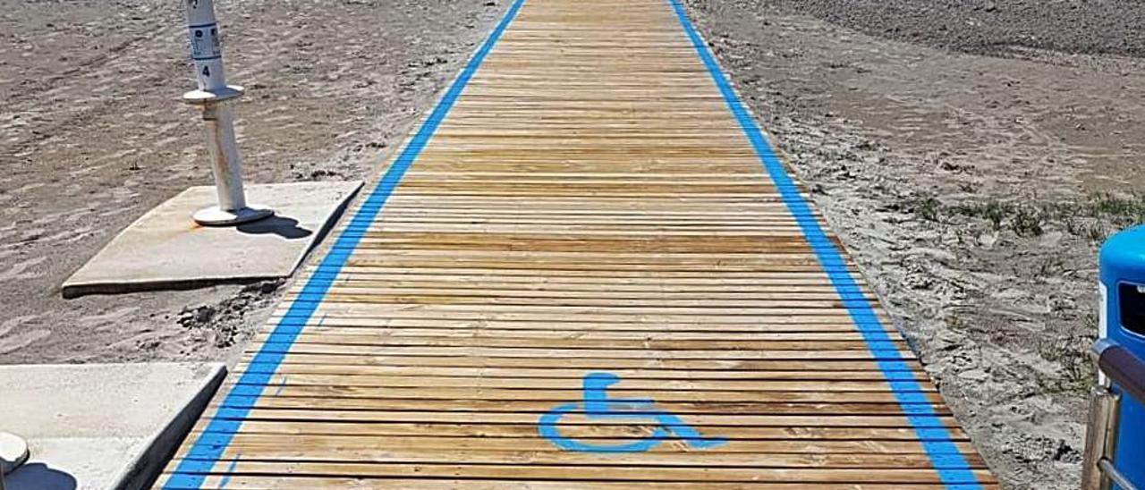 Nueva pasarela en una playa de Santa Pola y lavapiés sin uso.  | INFORMACIÓN