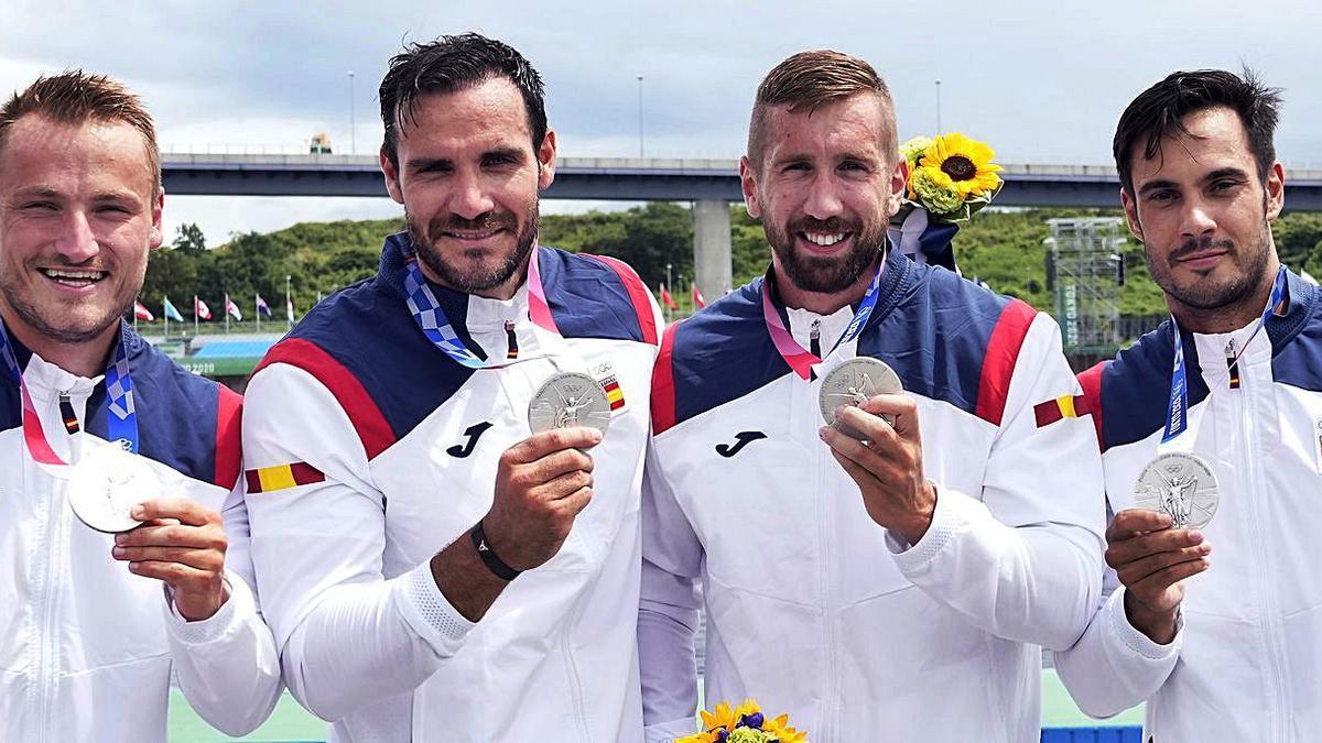Marcus Cooper, Saúl Craviotto, Carlos Arévalo y Rodrigo Germade, los 4 UCAM, con la plata ganada en el K4 en Tokio 2020.   COE