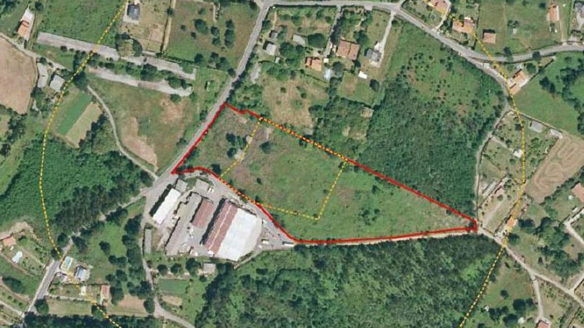 Vista aérea de la parcela en la que está prevista la planta de residuos de Lubre, con viviendas alrededor.