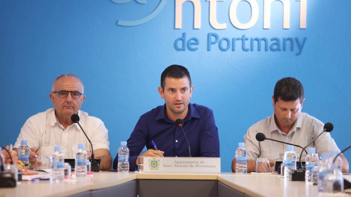 Joan Torres, de PxE, el alcalde Marcos Serra, del PP, y José Ramón Martín, de Ciudadanos, en una imagen de archivo.